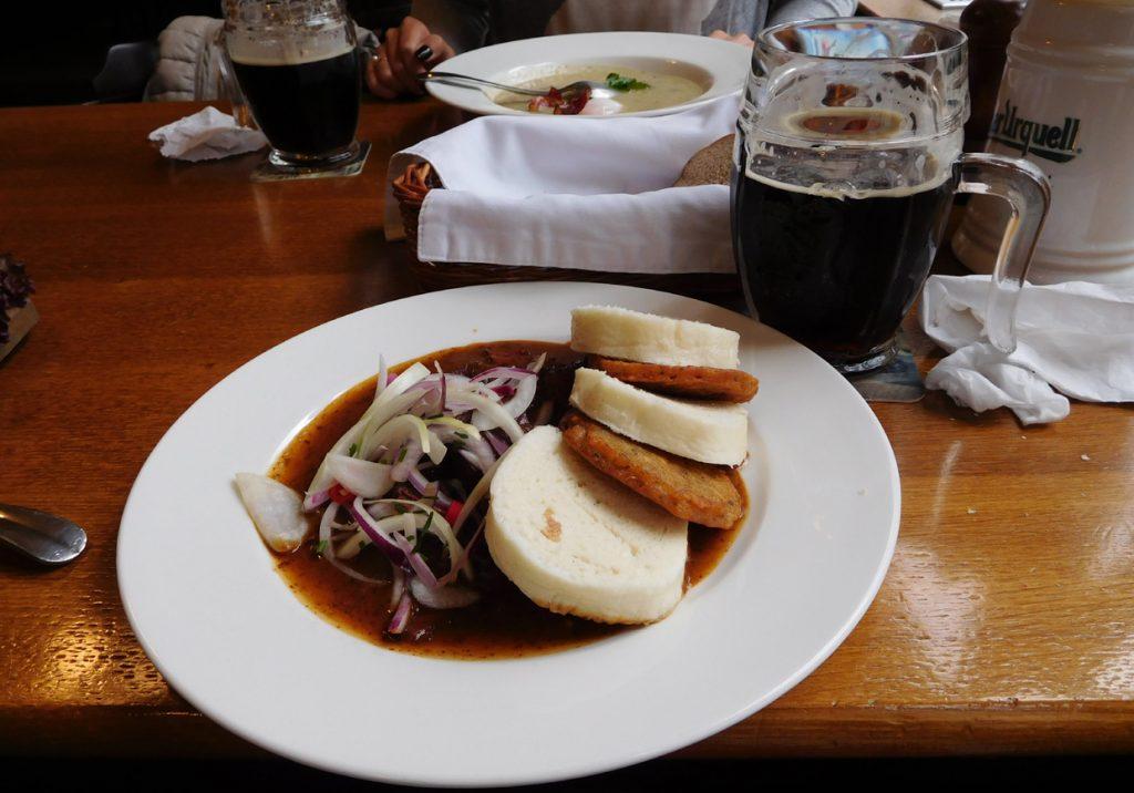 Темное чешское пиво Козел в ресторане Праги