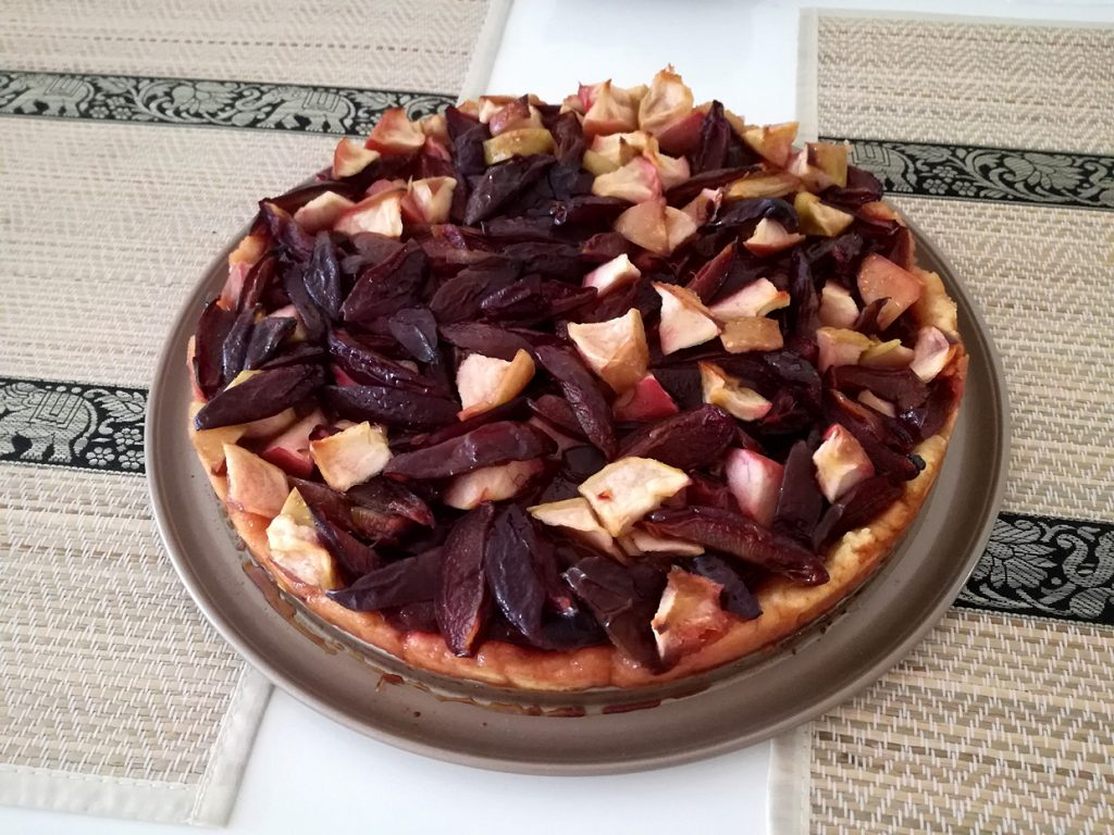 Открытый фруктовый пирог на песочном тесте